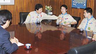 市長と対談する黒田さん(右)と星野さん(左)