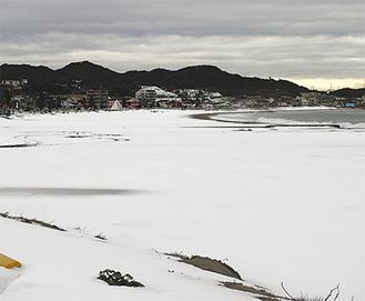 雪で白くなった三浦海岸の砂浜(2月15日撮影)