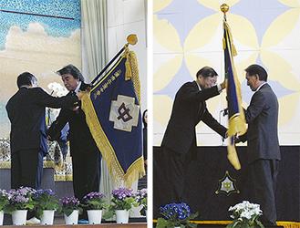 校旗を返納する久野校長(左)と武田校長(右)