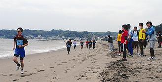波打ち際を走る参加者