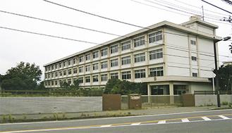 引橋交差点近くにある旧三崎高校