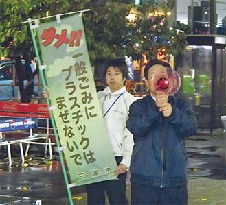帰宅者にごみ減量を呼び掛ける吉田市長(市提供)