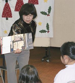子ども達に朗読するメンバー(写真は過去開催)