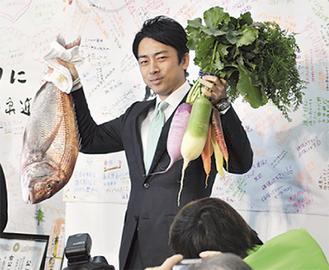 当選の喜びを表す小泉氏(横須賀事務所)