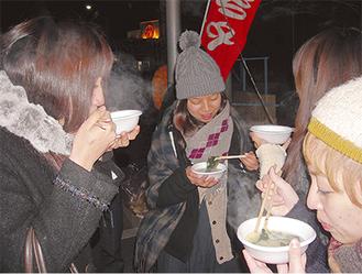 心も体も温まる味噌汁で新年を迎える来場者(写真は過去のもの)