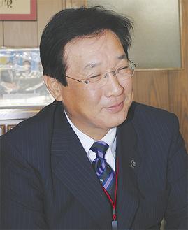 インタビューに答える吉田英男市長