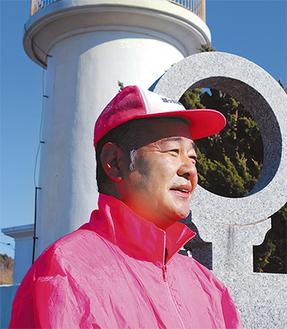 協会のユニフォームに身を包む青木良勝氏