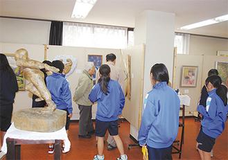 生徒や教職員の作品が多数並ぶ会場(写真は昨年開催のもの)