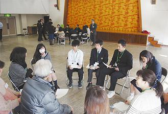 グループに分かれ、多岐に渡るテーマで懇談する指導員と学生