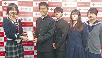 赤十字社担当者に義援金を渡す生徒