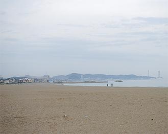 平時は人出が少なく閑散とした静かな海