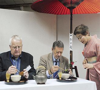 作法を教えてもらいながらお茶を点てる参加者