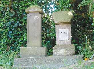 道路脇に祀られている道祖神の石塔