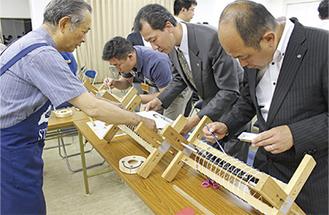 小田原で提灯作りに挑戦する三浦YEGのメンバー
