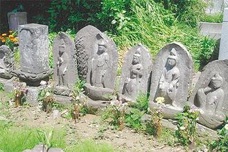霊照院境内の石仏群