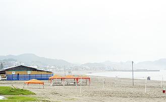 海の家やビーチスポーツのコートが並ぶ三浦海岸