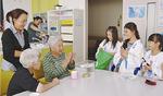 ゲームで交流を図る三崎小児童と高齢者