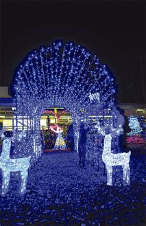 クリスマスツリーやトナカイなどが駅前広場を演出する(写真は昨年の様子)