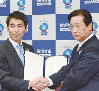 広域化に合意した三浦市の吉田英男市長(写真右)と横須賀市の吉田雄人市長(同左)