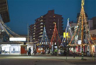 色とりどりのLEDで飾られた駅前広場