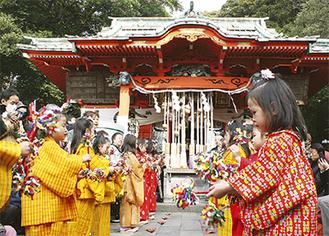 海南神社境内で披露する少女たち(=三浦市提供)