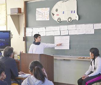 コミュニティーバス運行のメリットを説明する児童
