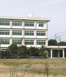 解体工事が進む旧三崎高校