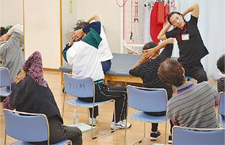 転倒予防体操を習う受講者