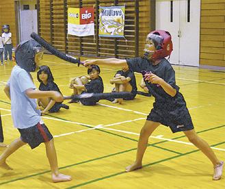 素早い剣さばきを見せる子どもたち