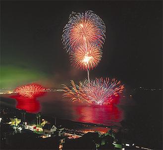 毎夏、10万人に及ぶ人出がある花火大会(写真は過去の様子)