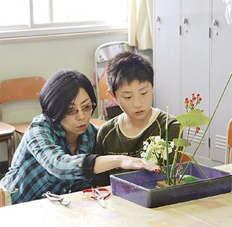 葉山さんのアドバイスを受ける児童