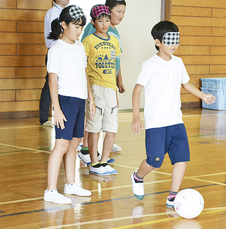 特殊な音の鳴るボールと仲間の声を頼りに蹴る