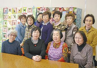 講師の青木さんと三崎教室の生徒ら