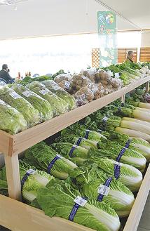 店内には様々な品目の野菜が並ぶ