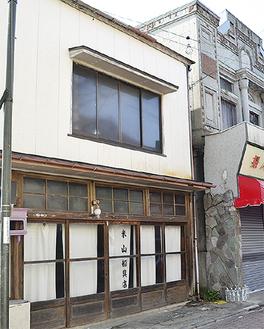 古い建築物が並ぶ三崎の商店街。会場の旧米山船具店は築90年以上の古民家