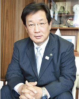 取材に答える吉田英男市長