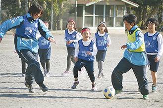 選手とミニゲームを楽しむ子どもたち