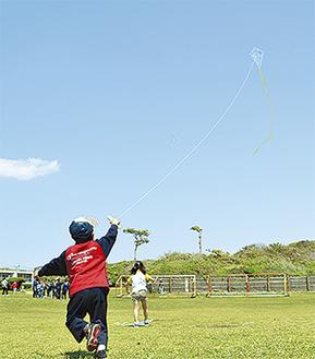 大空へ凧を揚げる子ども(過去の様子)