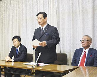 出馬への思いを述べた吉田英男市長=写真中央=
