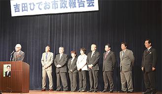 市議団を代表してあいさつする岩野匡史議長(写真左)