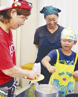 熱い鍋や包丁に苦戦しながら親子で調理を楽しんだ