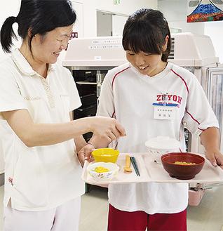 看護師から配食の指導を受ける生徒