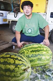 今年収穫したジャンボスイカと生産者の川名さん