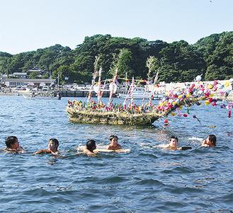 泳いで船をひくセイトッコたち(写真提供・三浦市)