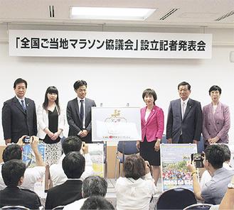 記者発表会に出席した吉田市長(写真左)