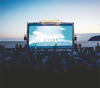 ゴールデンウィークの逗子の恒例イベントとして成長した逗子海岸映画祭の様子(CINEMA CARAVAN提供)