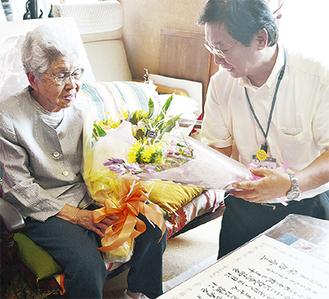 吉田市長から祝いの花束を受け取る磯部さん