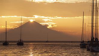 諸磯湾から望むダイヤモンド富士(写真・同会提供)