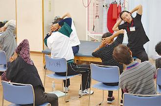 家庭でも簡単に実践できる体操を指導