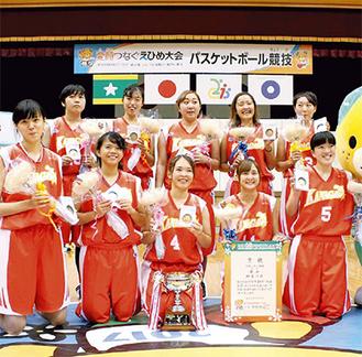 表彰式後、メダルを手にする中野さん=後列左=(写真は提供)